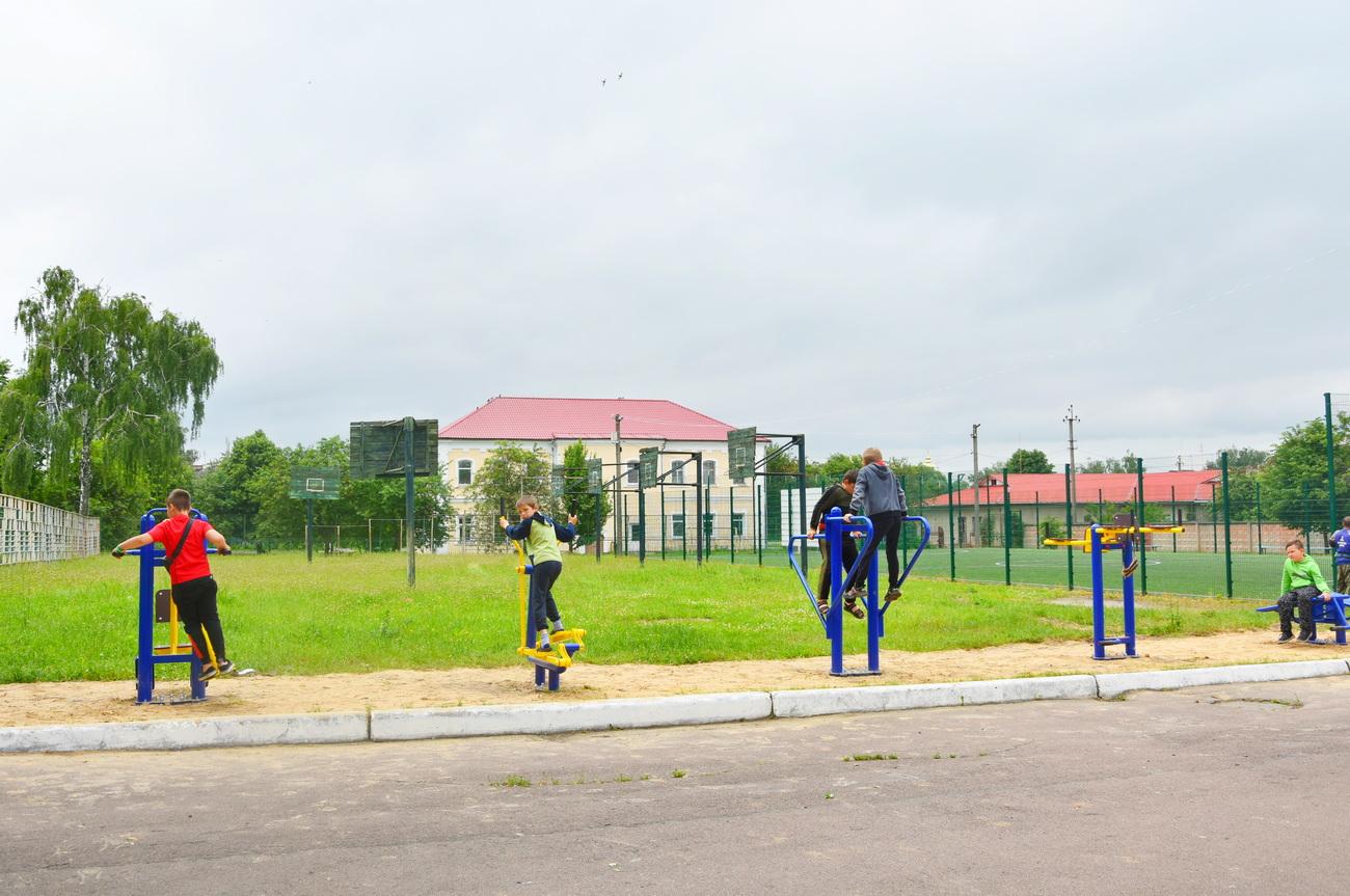 У Коропі біля школи встановили вуличні тренажери (Фото)