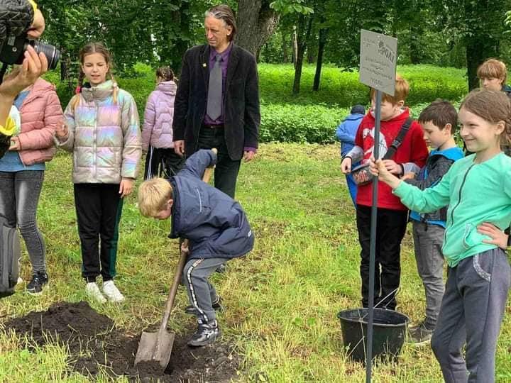 «Маленькі коРОЛІ» садили на Чернігівщині гінкго білоба (Фотофакт)