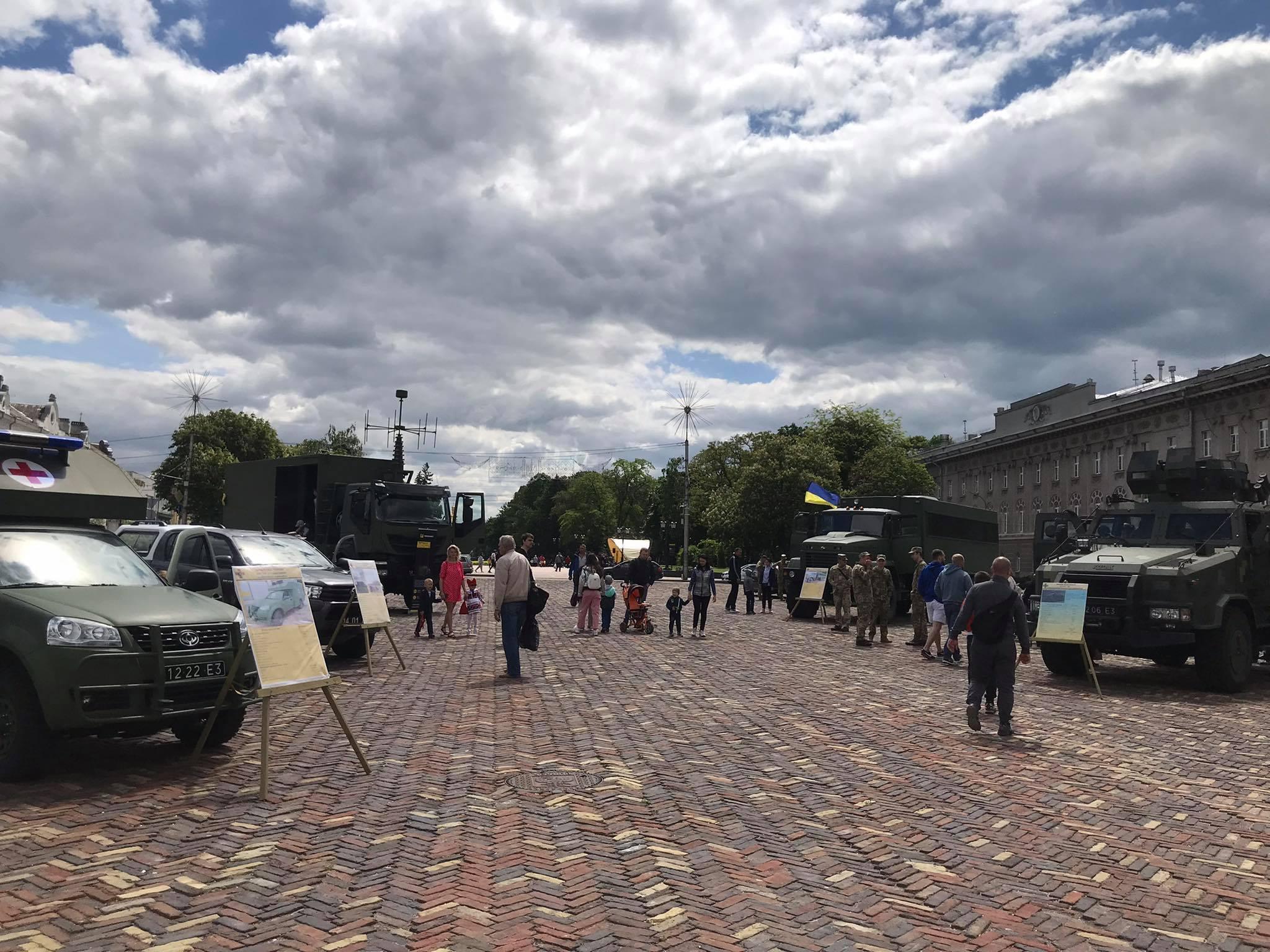 На Красній площі Чернігова військові та поліція (Фотофакт)