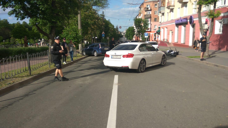 На Шевченка в Чернігові ДТП: рух заблоковано (Фотофакт)