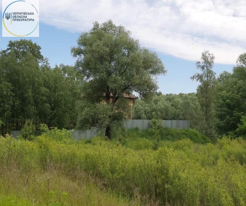 На березі Десни невідома особа звела 2-поверховий будинок на незаконно зайнятій ділянці (Фото)
