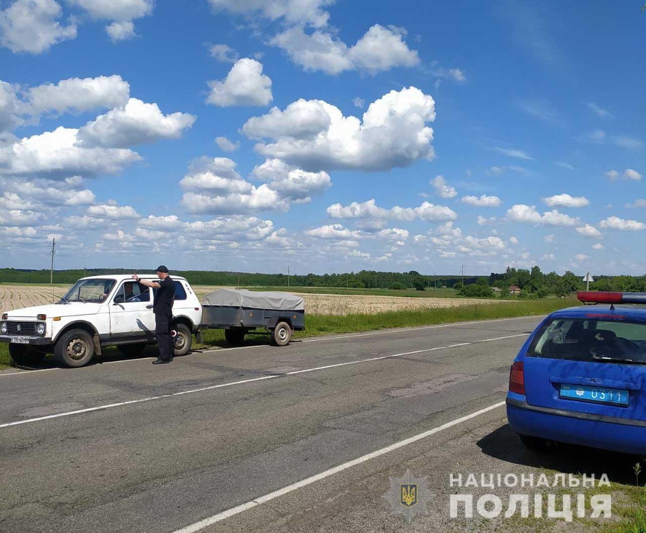 Вантажівка з персиками перекрила дорогу в Городнянській громаді: рух ускладнено (Фото)