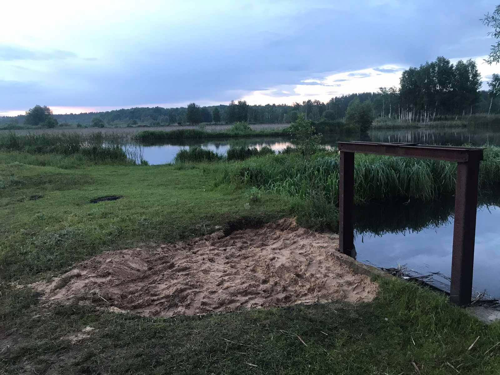 На Чернігівщині рибалки самотужки відремонтували дамбу на ставку (Фото, відео)