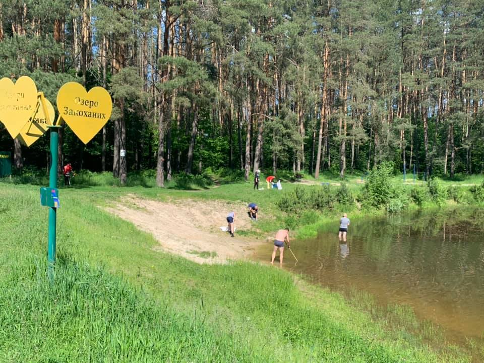 У Прилуках небайдужі підготували місцеве озеро до купального сезону (Фото)