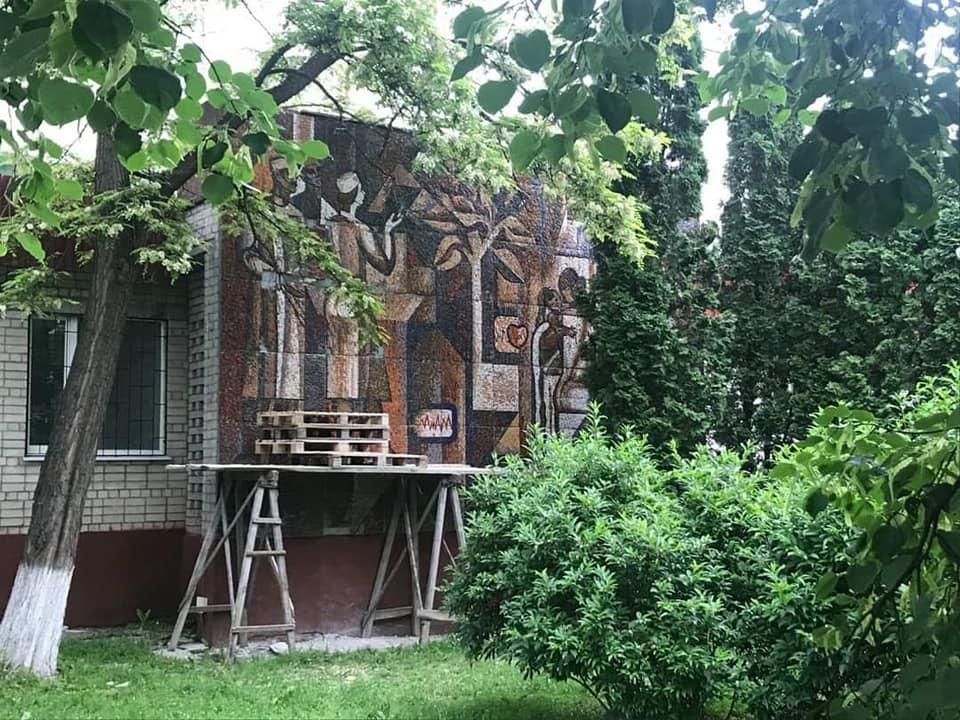 У Чернігові пошкоджену мозаїку повернули на місце (Фото)