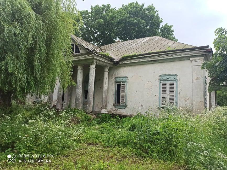 На Чернігівщині є унікальна історична пам'ятка, але туристам не радять їхати дивитися на неї (Фото)