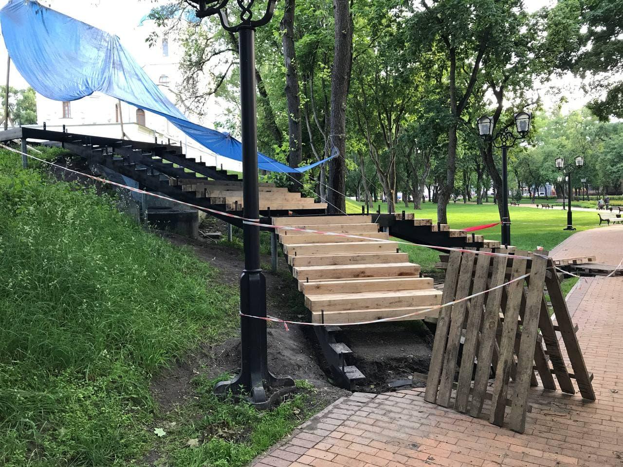 Нові сходи на чернігівському Валу оздоблюють деревом (Фото)