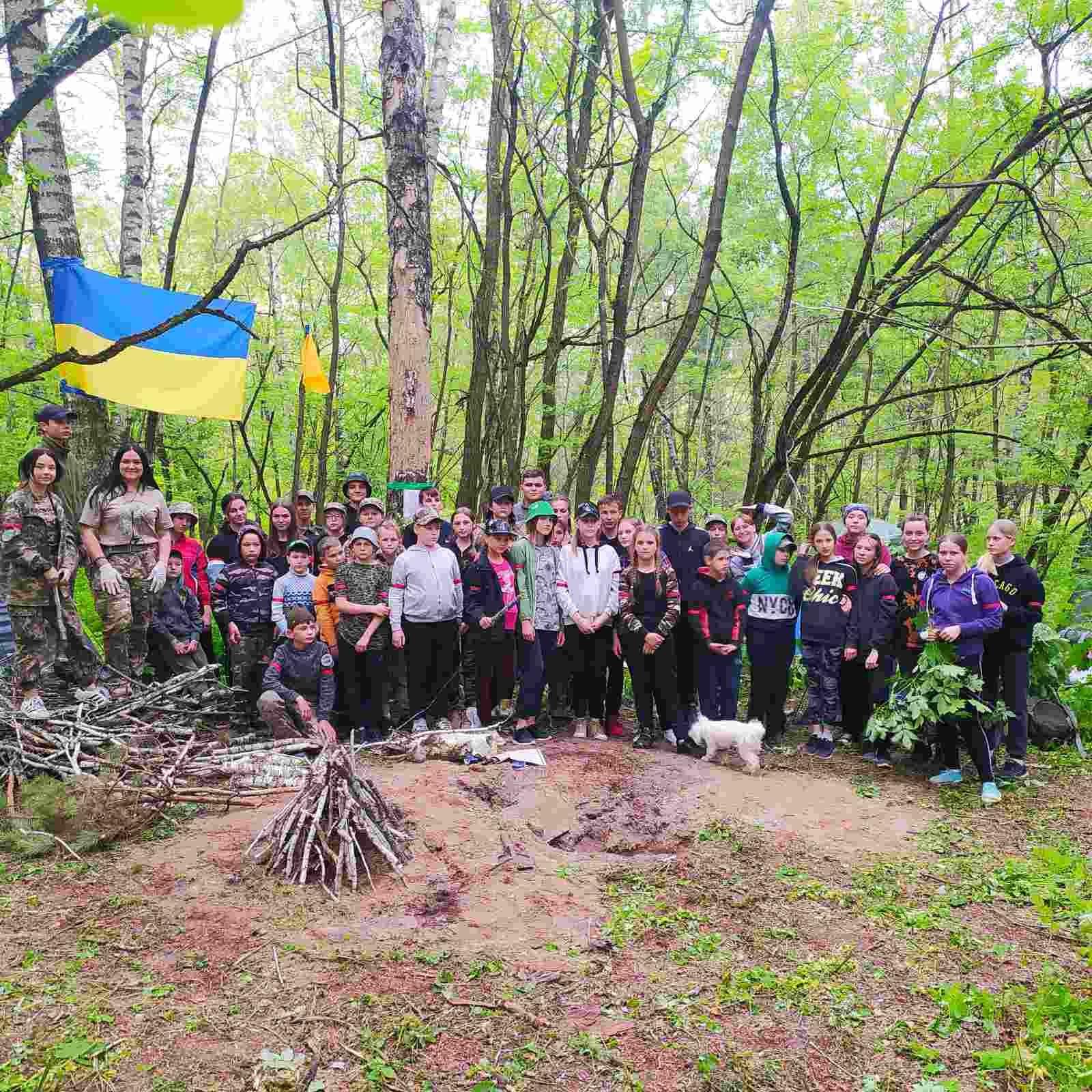 Діти з Чернігівщини вчилися виживати у лісі (Фото)