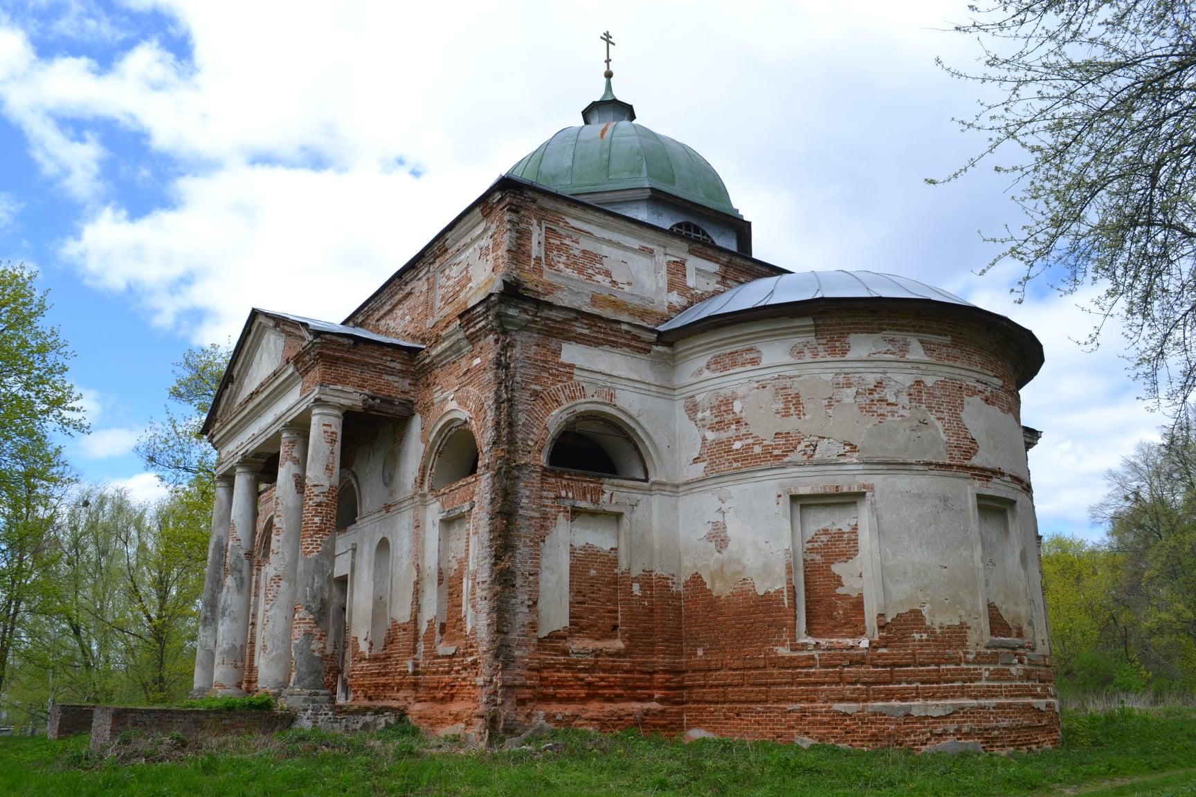 Про колишній величний храм на Чернігівщині нагадує напівзруйнована будівля
