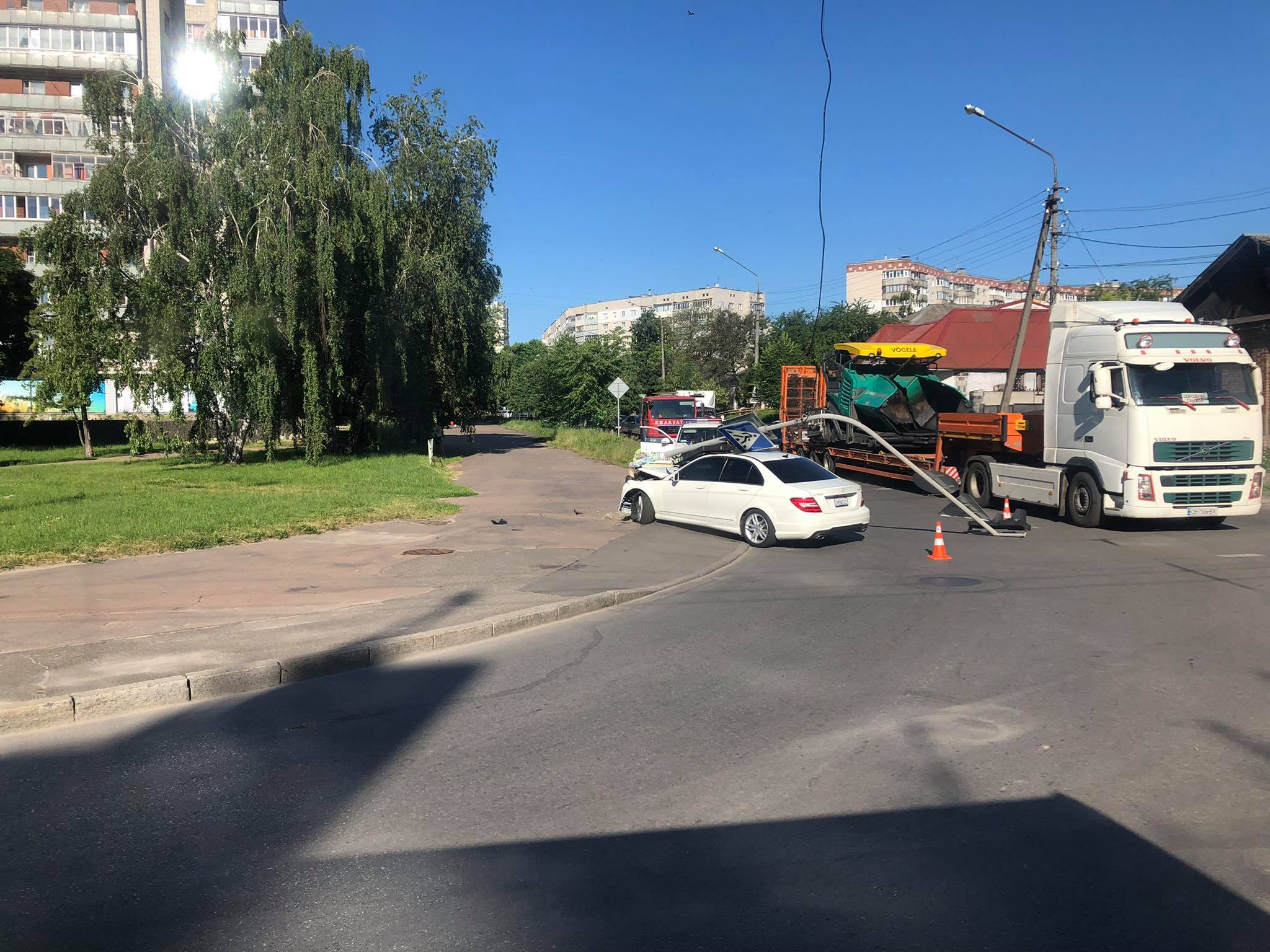 """""""Мерседес"""" зніс дорожній знак у Чернігові (Фотофакт)"""
