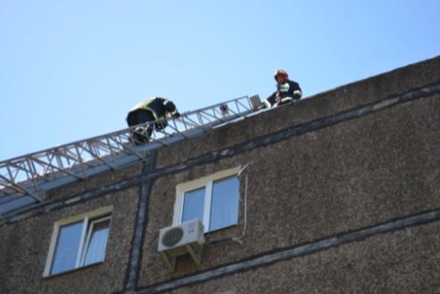 У Чернігові горів дах п'ятиповерхового житлового будинку (Фото)