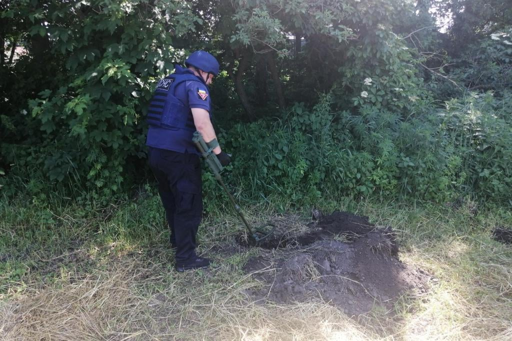 На Чернігівщині піротехніки ДСНС знищили артилерійський снаряд