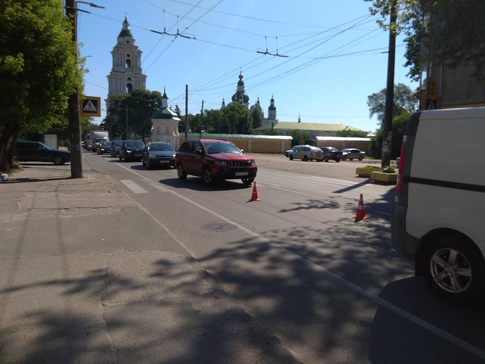 ДТП на Толстого в Чернігові: автівка врізалася в будинок (Фотофакт)