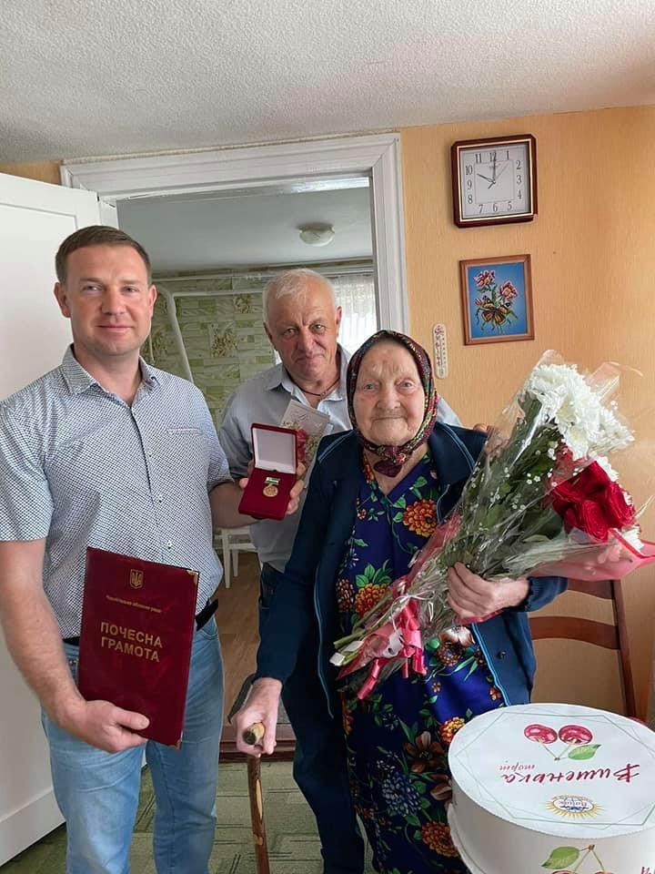 Користується сучасними гаджетами та має 70 років стажу: жителька Чернігівщини відсвяткувала 100-річчя (Фото)