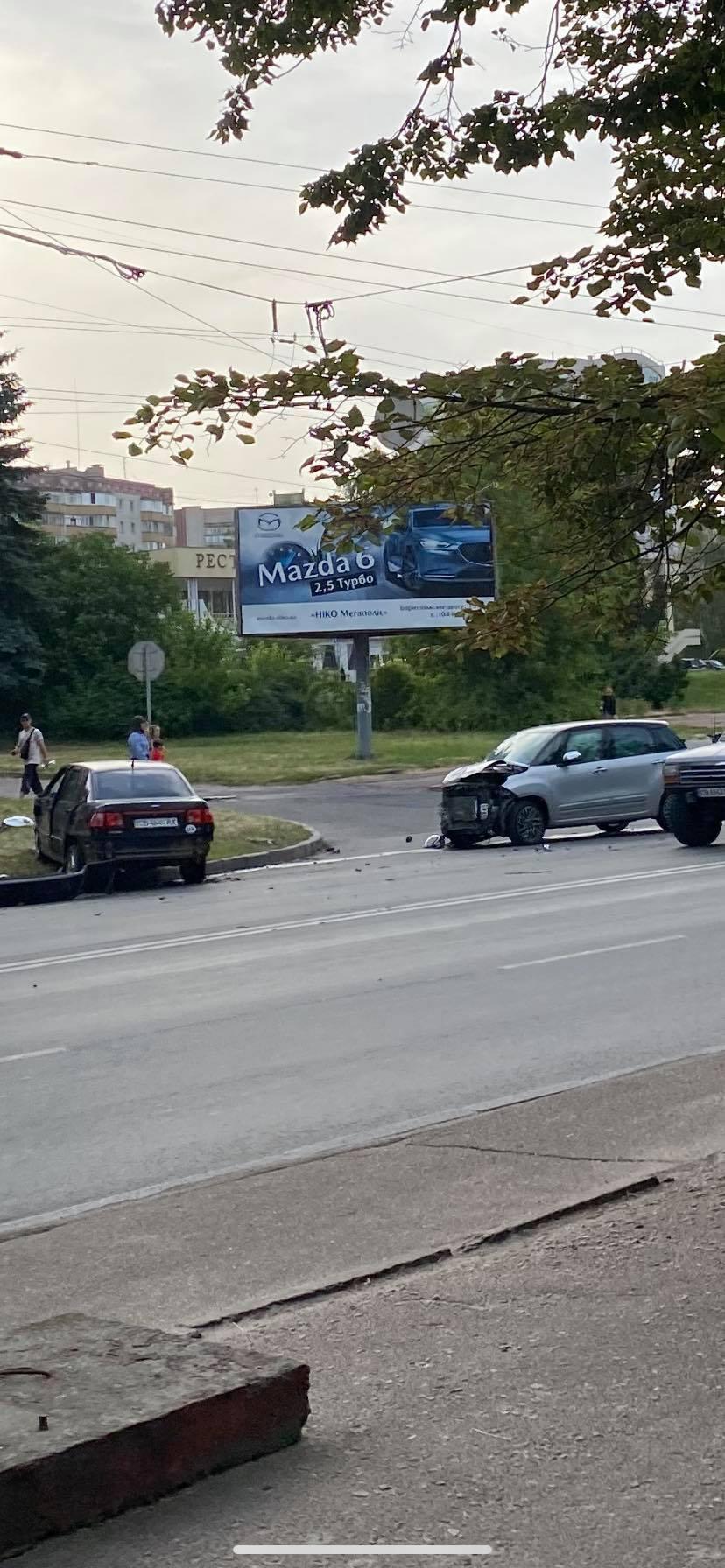 У Чернігові біля готелю «Градецький» сталася ДТП (Фото, відео)