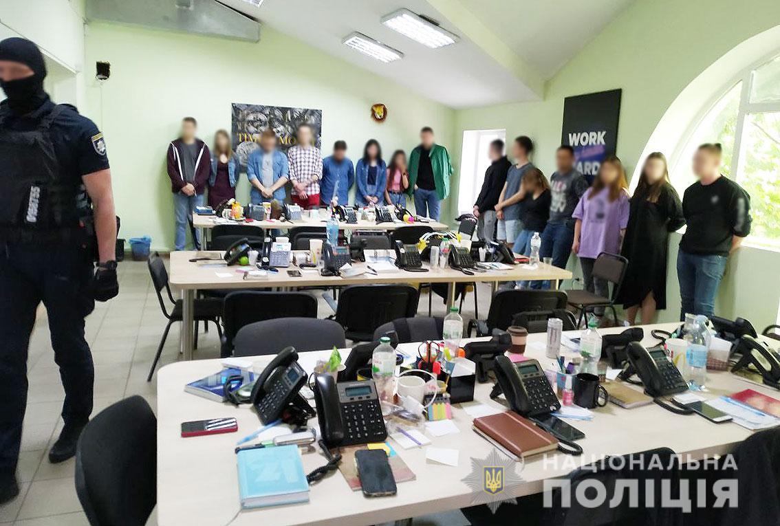 У Чернігові працював шахрайський колл-центр (Фото)