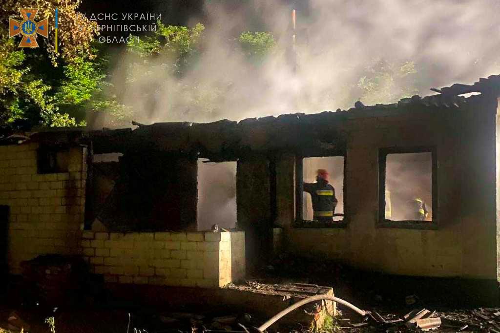 На Чернігівщині під час пожежі житлового будинку загинуло молоде подружжя (Фото)