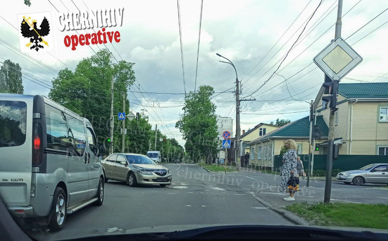 У Чернігові на перехресті сталася аварія (Фотофакт)