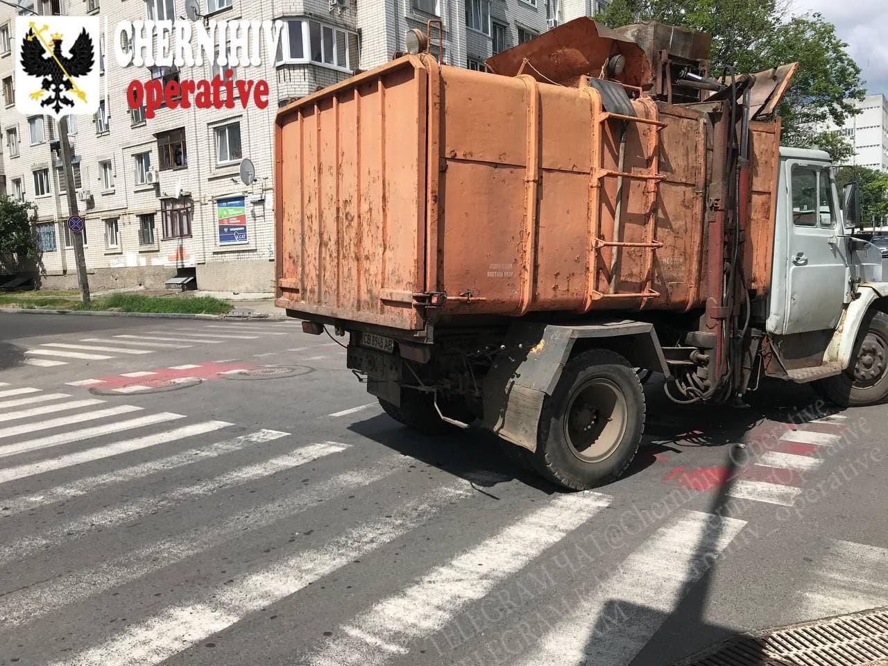 У Чернігові зіштовхнулися сміттєвоз та автівка (Фотофакт)