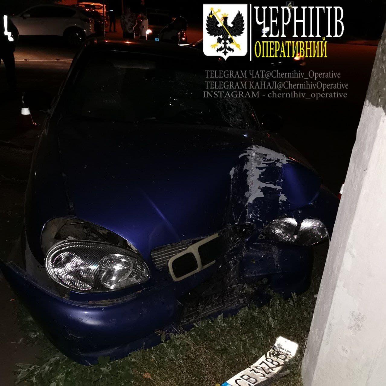Нічна автопригода у Чернігові: постраждав водій (Фото. Відео)