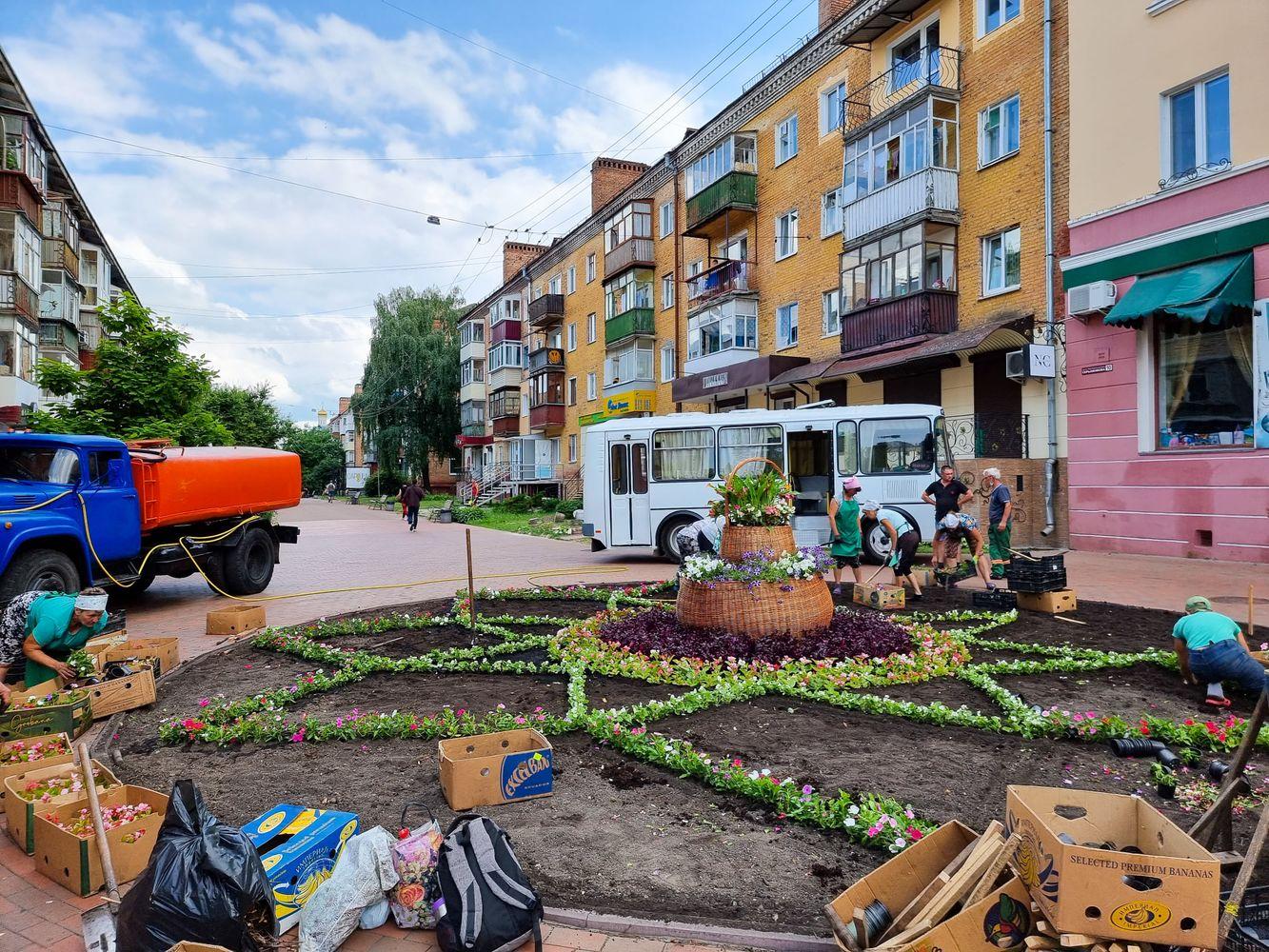 На пішохідній вулиці Чернігова оновили клумбу (Фотофакт)