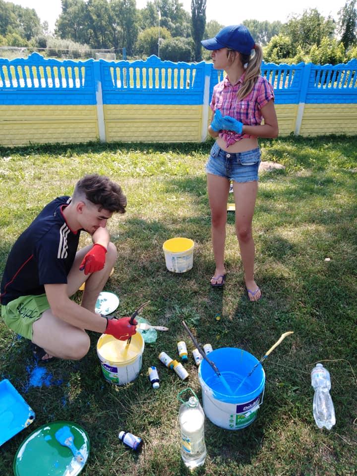 У селищі на Чернігівщині влаштували патріотичне фарбування (Фотофакт)