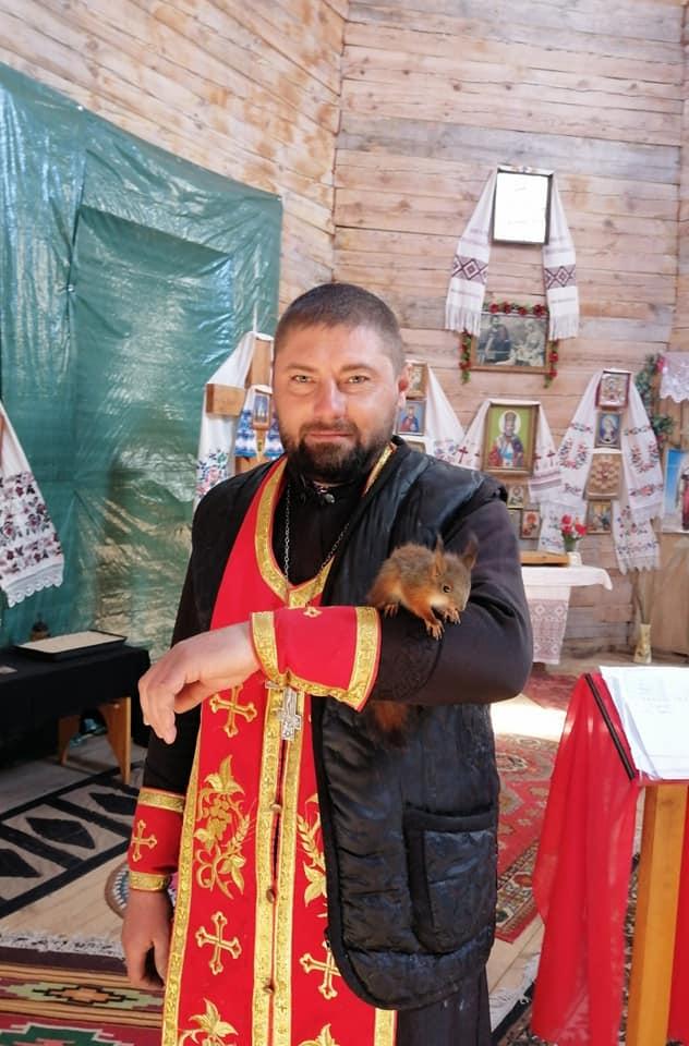 У священника з Чернігівщини понад рік живе білка Степан (Фото)
