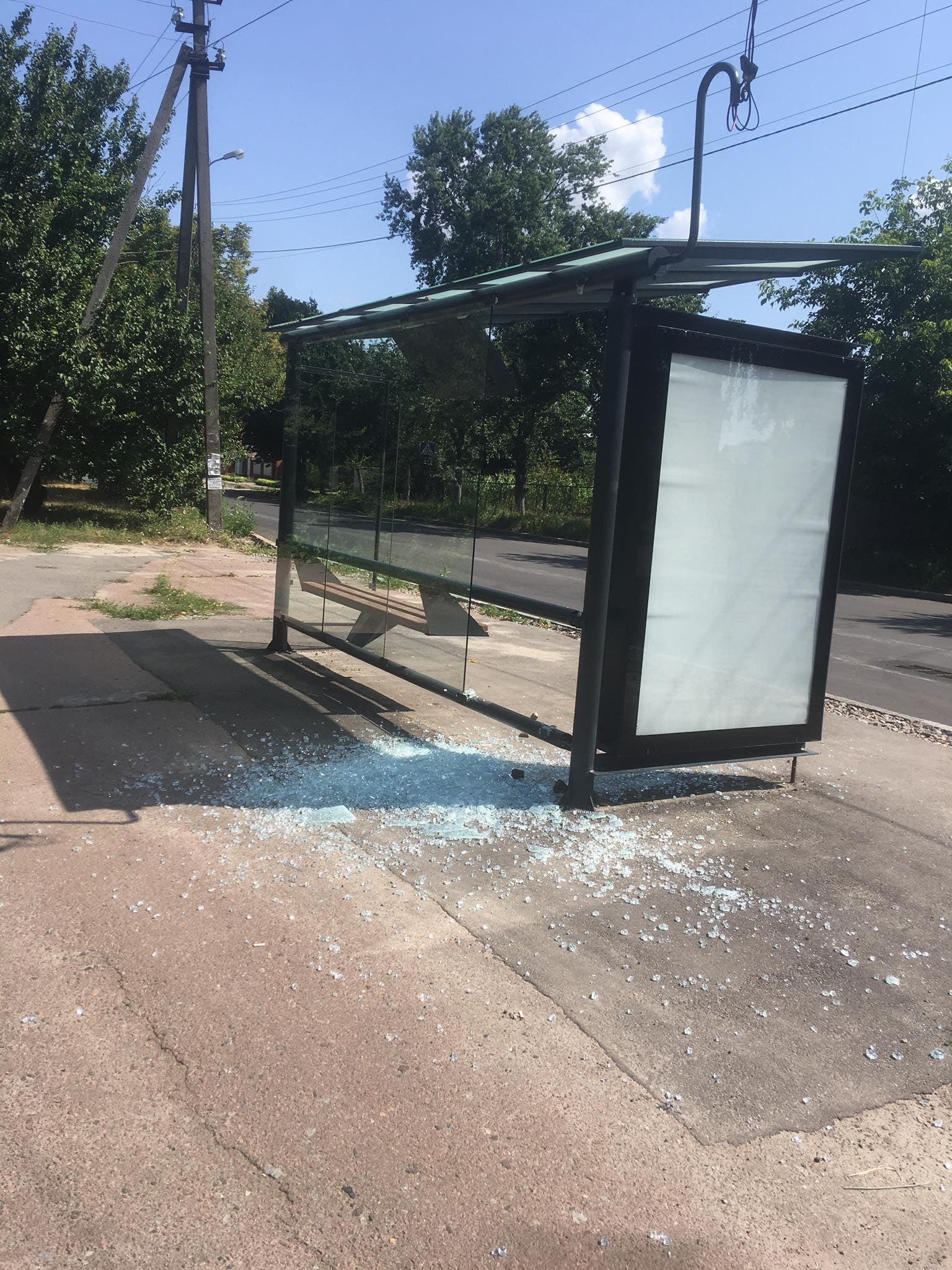 Вандали у Чернігові пошкодили скляну зупинку (Фотофакт)