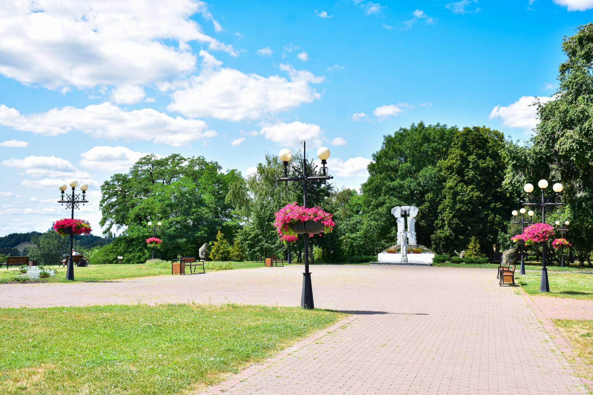 На площі біля Катерининської церкви встановили нові лавки з урнами та почали оздоблювати клумби (Фото)