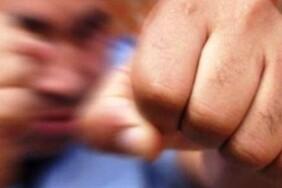 кулаком-бє-замах-бійка-напад