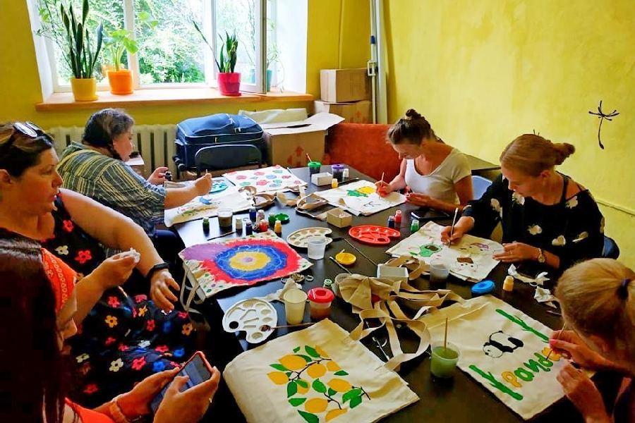 Ніжинські жінки розмальовували екоторби (Фото)