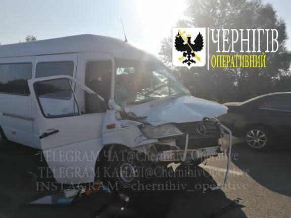 На київській трасі пасажирський автобус зіштовхнувся з фурою (Фотофакт)