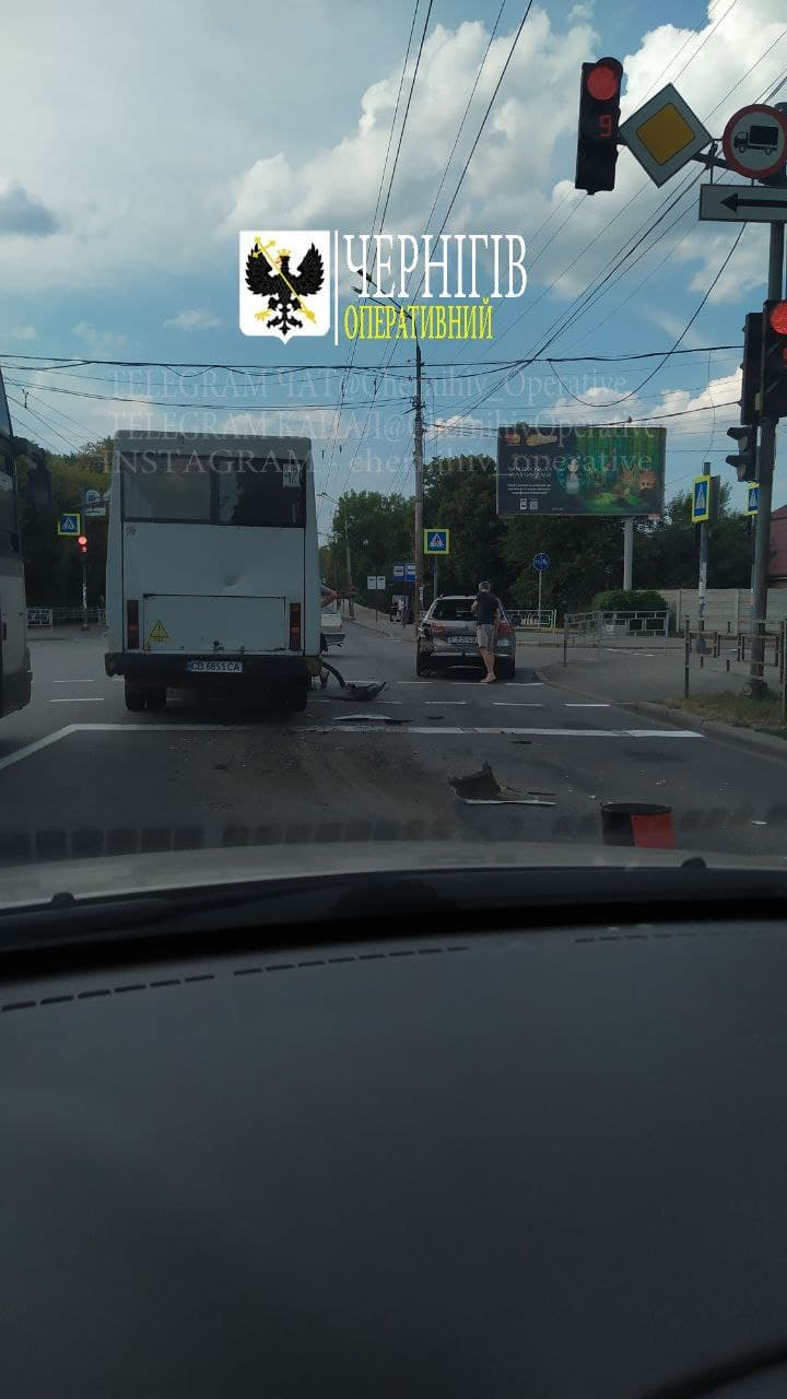 У Чернігові у ДТП потрапила маршрутка (Фотофакт)