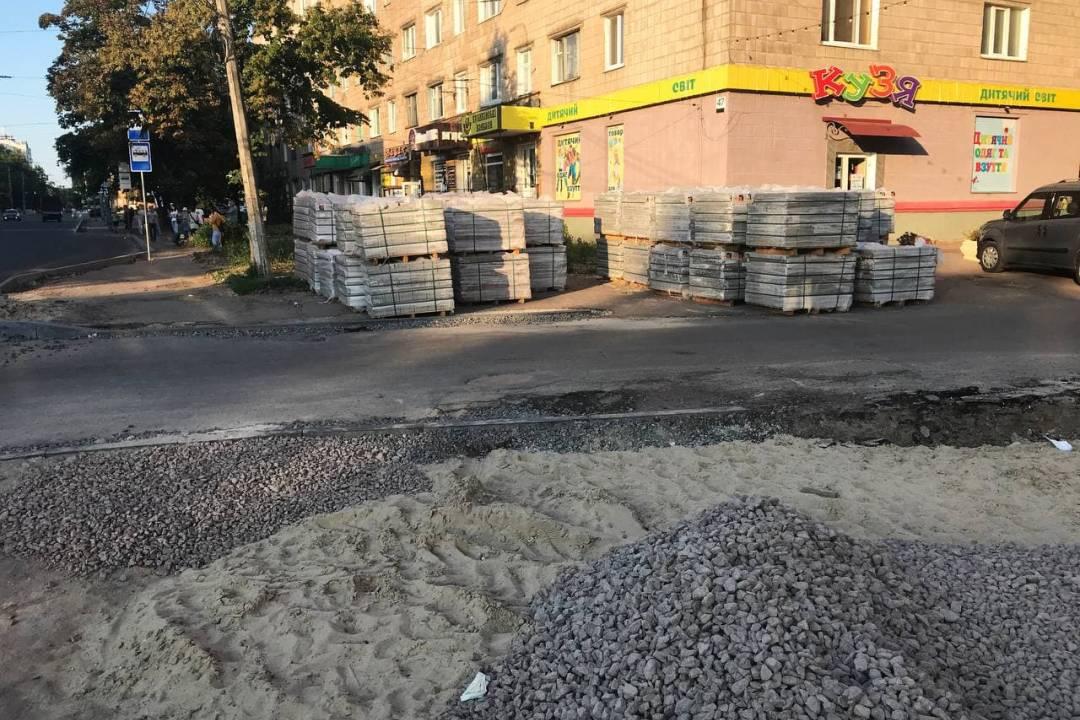 По вулиці Шевченка у Чернігові ремонтують тротуари