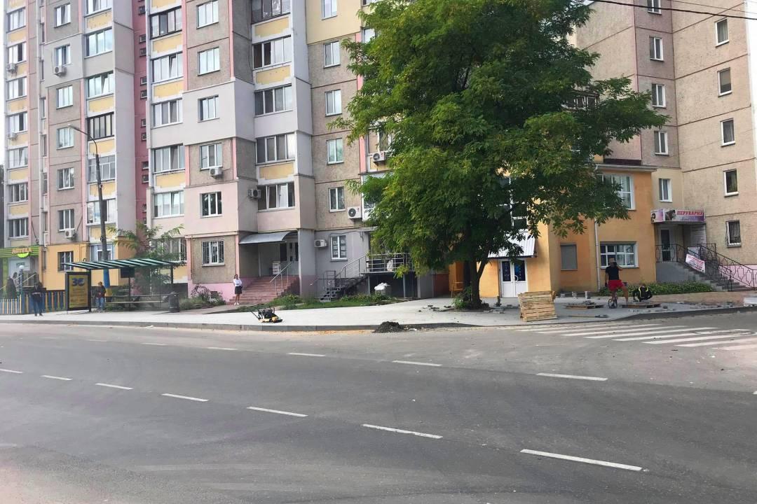 На вул. Льотній завершують ремонт тротуарів (Фото)