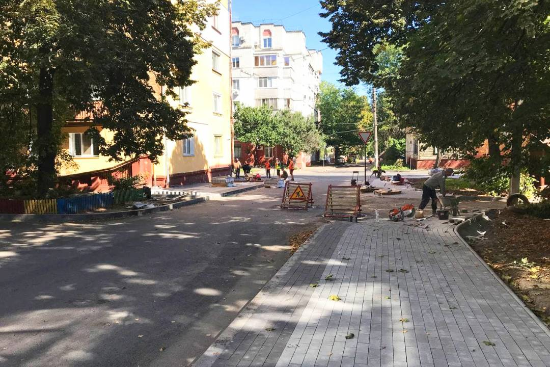 На двох вулицях Чернігова відремонтували тротуари (Фото)