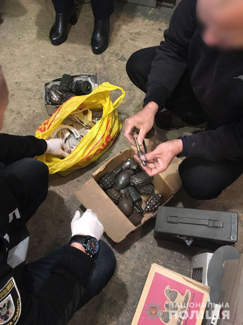 Чернігівець у гаражі зберігав збройний арсенал (Фото)