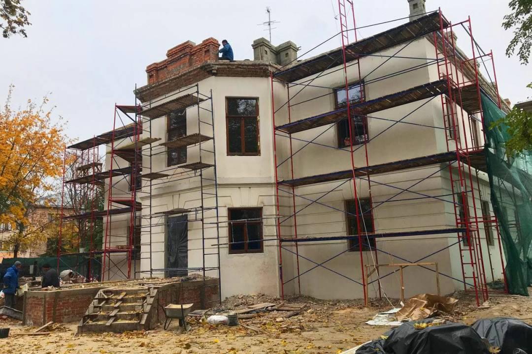 У будівлі, де має з'явитися музей Чернігова, встановили нові вікна (Фото)